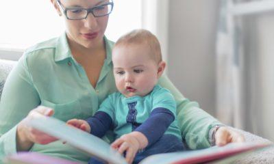 Ребенок смотрит книгу