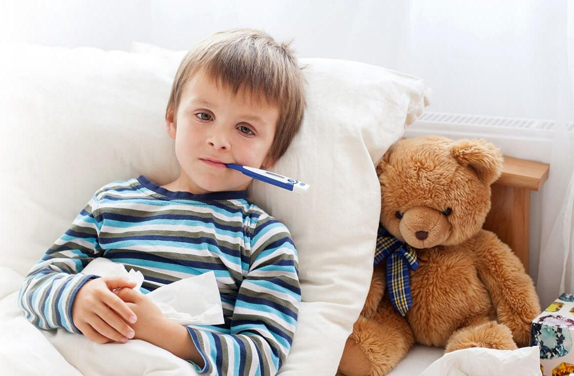 Мальчик меряет температуру